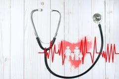 Stéthoscope médical et coeur rouge avec le cardiogramme Concepts de santé Photos stock