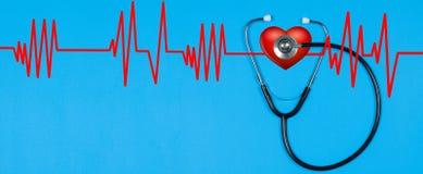 Stéthoscope médical et coeur rouge avec le cardiogramme Concepts de santé Photographie stock libre de droits