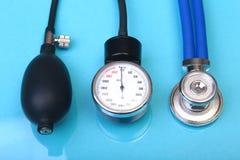 Stéthoscope médical et mètre de tension artérielle d'isolement sur le fond blanc Soins de santé Photos stock