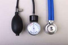 Stéthoscope médical et mètre de tension artérielle d'isolement sur le fond blanc Soins de santé Photo libre de droits