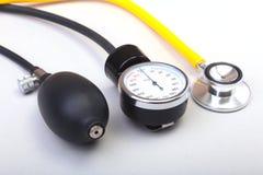 Stéthoscope médical et mètre de tension artérielle d'isolement sur le fond blanc Soins de santé Images libres de droits