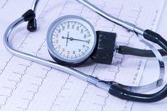 Stéthoscope médical se trouvant sur le tableau d'ECG Photos libres de droits