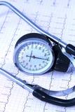 Stéthoscope médical se trouvant sur le tableau d'ECG Photos stock