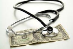 Stéthoscope médical sur billet d'un dollar utilisé image stock