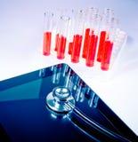 Stéthoscope médical sur le PC numérique moderne de comprimé dans le laboratoire photographie stock
