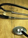 Stéthoscope médical sur un bureau en bois Photo stock