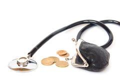 Stéthoscope, pièces de monnaie et portefeuille Photos libres de droits