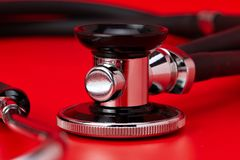 Stéthoscope, plan rapproché, fond rouge photo libre de droits