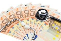 Stéthoscope professionnel sur la pile d'euro factures Images libres de droits