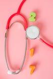 Stéthoscope rouge avec 2017 sur le fond rose Photo stock