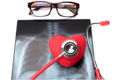 Stéthoscope rouge de soins de santé et de médecine de jour de santé du monde et symbole rouge de coeur sur le film radiographique Photo libre de droits