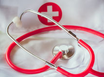Stéthoscope rouge sur un manteau II de laboratoire images stock