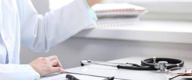 Stéthoscope se trouvant au bureau Concept de médecine ou de pharmacie Outils médicaux à la table de fonctionnement de docteur images stock