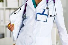 Stéthoscope se trouvant sur le coffre femelle de docteur dans le bureau Photos stock