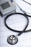 Stéthoscope se trouvant sur le tableau d'ECG Photos libres de droits