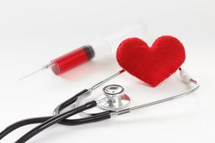Stéthoscope, seringue et coeur Concept de soins de santé Photographie stock libre de droits