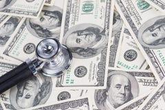 Stéthoscope sur cent factures de dollar US Images stock
