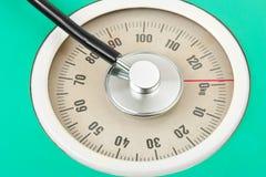 Stéthoscope sur l'échelle de poids Photographie stock
