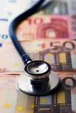 Stéthoscope sur l'argent Concept de coût de soins de santé images stock