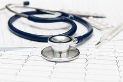Stéthoscope sur le cardiogramme Photographie stock
