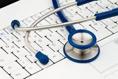 Stéthoscope sur le clavier d'ordinateur Photo stock