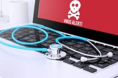 stéthoscope sur le clavier d'ordinateur portable avec l'écran montrant l'alerte de virus Photos libres de droits
