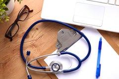 Stéthoscope sur le clavier d'ordinateur portatif Image du concept 3D Images libres de droits