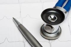 Stéthoscope sur le diagramme d'électrocardiogramme image stock