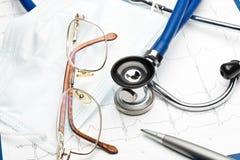 Stéthoscope sur le diagramme d'électrocardiogramme images libres de droits