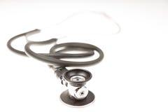 Stéthoscope sur le fond blanc Image stock