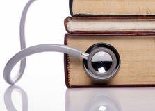 Stéthoscope sur le vieux livre image stock