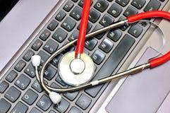 Stéthoscope sur un clavier d'ordinateur Photographie stock libre de droits