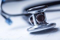 Stéthoscope sur un document imprimé de moniteur de coeur Diagramme et stéthoscope d'électrocardiogramme Images stock