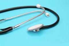 Stéthoscope sur un plan rapproché bleu de fond médical Image libre de droits