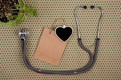 stéthoscope, tableau noir vide sous forme de coeur, panier Images stock