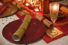 Stół dekorująca czerwień i złoto dla święto bożęgo narodzenia Fotografia Royalty Free