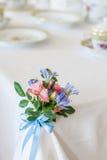 Stół dekorujący z kwiatami. Zdjęcie Royalty Free