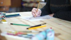 Stół dokąd artysta rysuje sowy