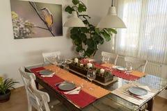 Stół gotowy jeść z Bożenarodzeniowym centrum zdjęcie royalty free