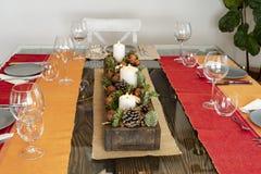 Stół gotowy jeść z Bożenarodzeniowym centrum zdjęcia royalty free
