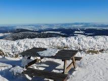 Stół i ławka na szczytowym Sniezka Obrazy Royalty Free