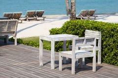 Stół i drewniani krzesła w pustej kawiarni obok wody morskiej na tropikalnej plaży, Tajlandia z bliska Obraz Stock