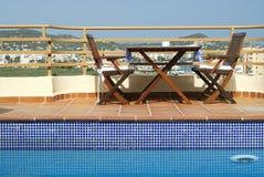 Stół i Krzesła Dopłynięciem Gromadzący w Dachu Ogródzie ja obraz royalty free