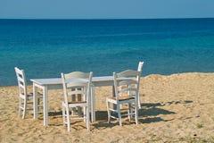 Stół i krzesła na plaży Fotografia Royalty Free