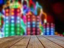 Stół na Iluminuję tle miast wydarzenia, jarmarki, ludowi festiwale zdjęcia royalty free