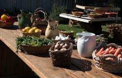 Stół pełno świeży ogród - rozmaitość warzywa Zdjęcia Royalty Free