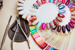 Stół pełno manicure naczynia, manicure narzędzia, gwoździa połysku colours na palecie Przybija sztuk akcesoria Odgórny widok Obraz Royalty Free