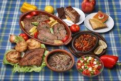 Stół pełno smakowici tradycyjni posiłki obraz stock