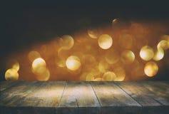 Stół przed błyskotliwością zaświeca tło skupiający się Obrazy Royalty Free
