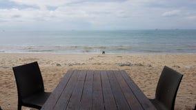 Stół przed plażą Zdjęcia Royalty Free